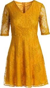 Żółta sukienka Multu z dekoltem w kształcie litery v z krótkim rękawem