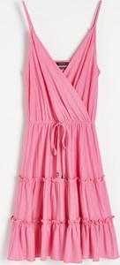 Różowa sukienka Reserved w stylu casual mini z dekoltem w kształcie litery v