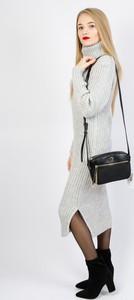 Sukienka Olika prosta z długim rękawem z golfem