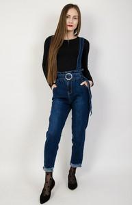 Granatowe jeansy Olika w street stylu