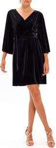 Czarna sukienka Gate z długim rękawem w stylu casual trapezowa