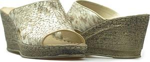 Złote klapki Venezia ze skóry na platformie w stylu casual