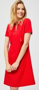 Czerwona sukienka Moodo z dekoltem w kształcie litery v