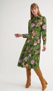Zielona sukienka BGN z długim rękawem z okrągłym dekoltem midi