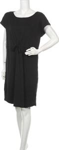 Czarna sukienka Serra prosta z krótkim rękawem z okrągłym dekoltem