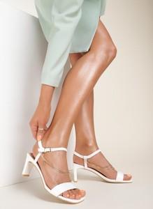 Sandały Renee z klamrami na średnim obcasie