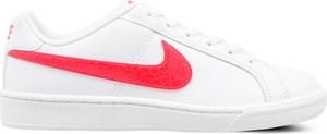 Trampki Nike sznurowane w sportowym stylu