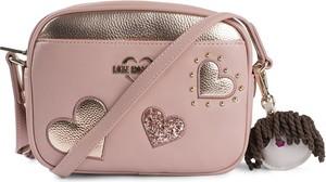 Różowa torebka Love Moschino przez ramię w młodzieżowym stylu