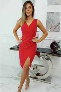 Czerwona sukienka fashion-freak.pl z dekoltem w kształcie litery v midi dopasowana