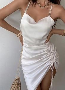 Sukienka Cikelly z satyny z odkrytymi ramionami na ramiączkach
