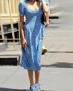 Niebieska sukienka Kendallme z dekoltem w kształcie litery v