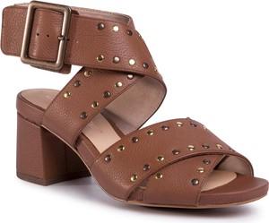 Sandały Clarks na średnim obcasie w stylu casual ze skóry