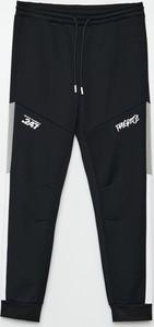 Czarne spodnie sportowe Cropp w sportowym stylu z dresówki