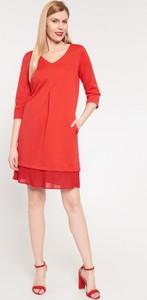 Czerwona sukienka QUIOSQUE z dekoltem w kształcie litery v