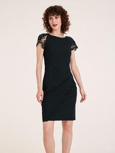 Czarna sukienka Heine z krótkim rękawem z dekoltem w łódkę