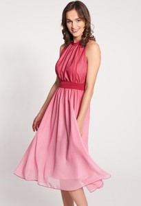 Różowa sukienka QUIOSQUE midi bez rękawów rozkloszowana