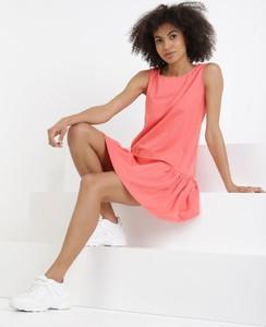 Różowa sukienka born2be bez rękawów