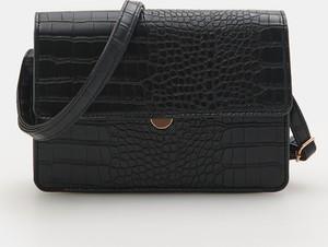 Czarna torebka Sinsay ze skóry średnia z tłoczeniem