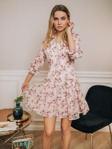 Różowa sukienka Promese mini z długim rękawem