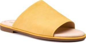 Żółte klapki Clarks z płaską podeszwą w stylu casual