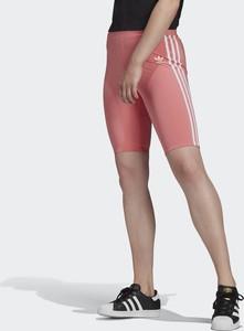 Różowe spodnie Adidas w sportowym stylu