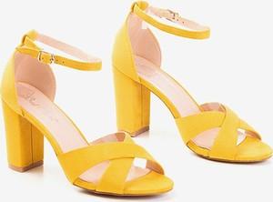 Żółte sandały Royalfashion.pl z klamrami