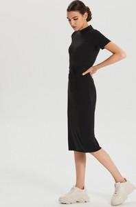 Sukienka Cropp z okrągłym dekoltem w stylu casual dopasowana