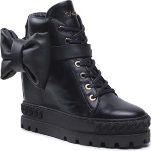 Buty sportowe Carinii w młodzieżowym stylu