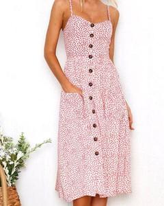 Różowa sukienka Kendallme z dekoltem w kształcie litery v na ramiączkach trapezowa