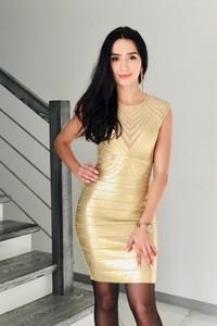 Złota sukienka Butik Ecru z okrągłym dekoltem dopasowana