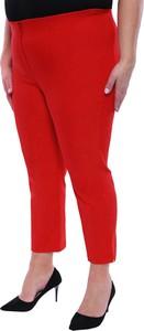 Czerwone spodnie modneduzerozmiary.pl w stylu casual