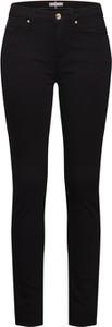 Czarne jeansy Tommy Hilfiger w street stylu