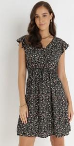 Czarna sukienka born2be z krótkim rękawem z dekoltem w kształcie litery v mini