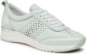Miętowe buty sportowe Caprice z płaską podeszwą