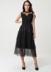 Czarna sukienka born2be rozkloszowana