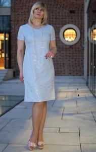 Niebieska sukienka Oscar Fashion dopasowana z krótkim rękawem z okrągłym dekoltem