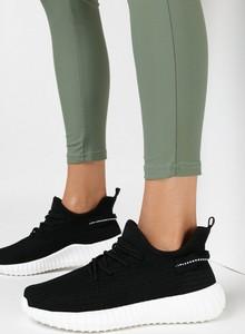 Czarne buty sportowe born2be z płaską podeszwą