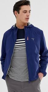 Niebieska kurtka Barbour Beacon w młodzieżowym stylu