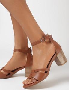 Brązowe sandały born2be z klamrami