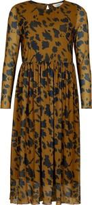 Brązowa sukienka Numph z okrągłym dekoltem z długim rękawem