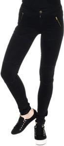 Granatowe jeansy Guess w młodzieżowym stylu