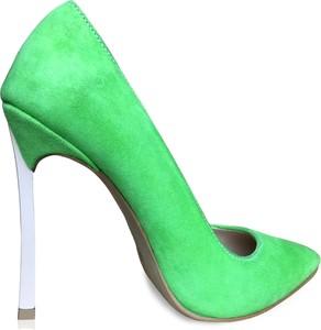 Zielone szpilki Miss Sophia ze spiczastym noskiem z zamszu w stylu klasycznym