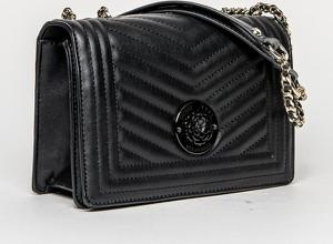 Czarna torebka Guess na ramię w młodzieżowym stylu średnia