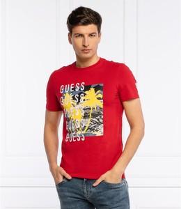 Czerwony t-shirt Guess z nadrukiem w młodzieżowym stylu