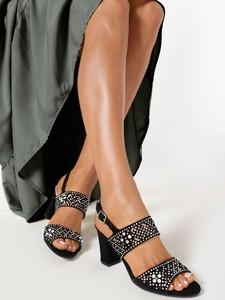 Czarne sandały born2be na obcasie z klamrami