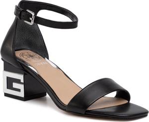 Czarne sandały Guess na obcasie