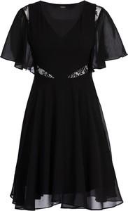 Czarna sukienka Guess rozkloszowana w stylu casual z dekoltem w kształcie litery v