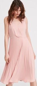 167d820b1ce3a3 Różowa sukienka Reserved midi bez rękawów