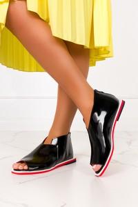 Czarne sandały Casu ze skóry z klamrami