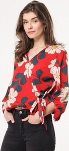 Czerwona bluzka born2be z dekoltem w kształcie litery v z długim rękawem